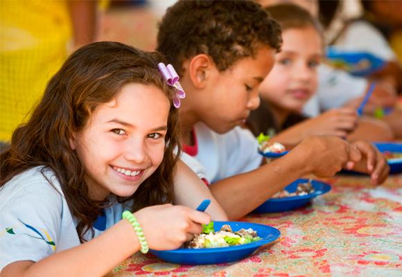 alunos almoçando