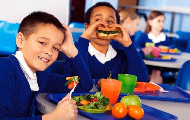 crianças comendo na escola
